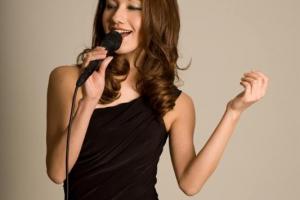 NieR Vocalist Emi Evans Joins Scarlet Moon Artists