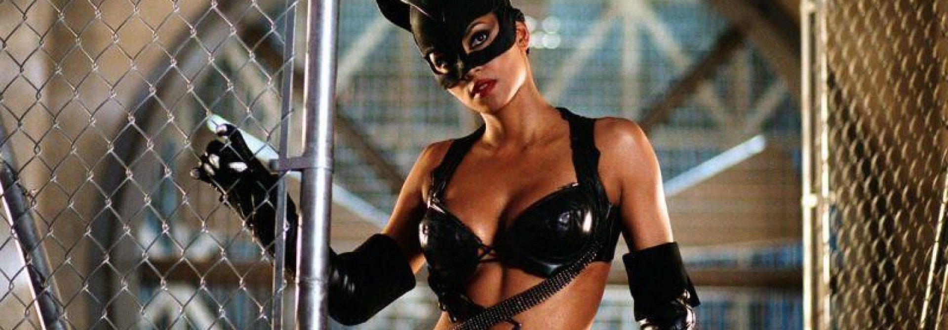 Catwoman Writer Admits Movie Is Bad, Internet Loses Mind